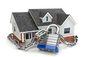 Casa con candado seguridad hogar