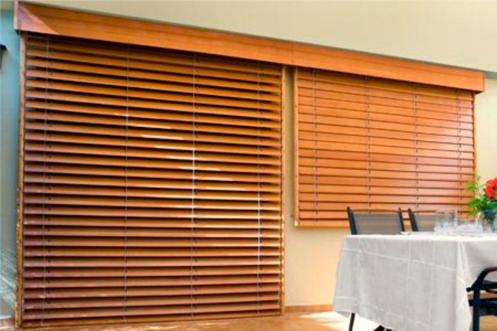 persiana en madera color claro