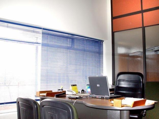 persianas horizontales en oficina