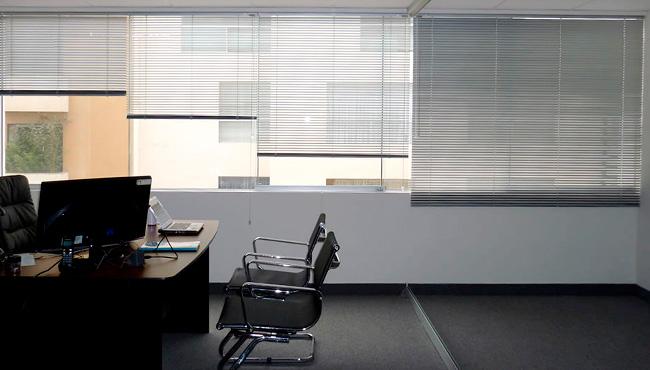 persiana gris oficina
